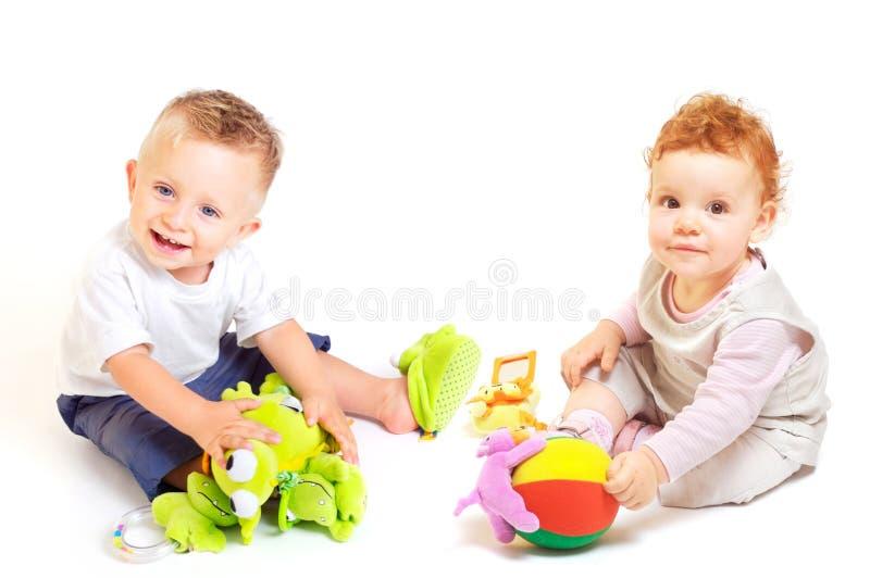 De babys spelen met speelgoed stock foto