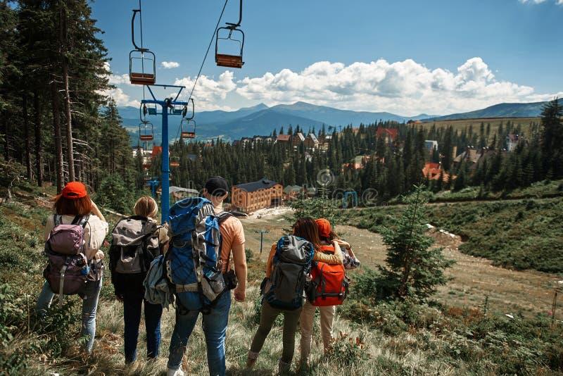 De Backpackingsgroep bekijkt kabelbaan dichtbijgelegen toevlucht stock foto