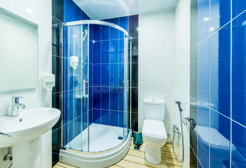 De badkamersruimte in modern binnenland stock foto's