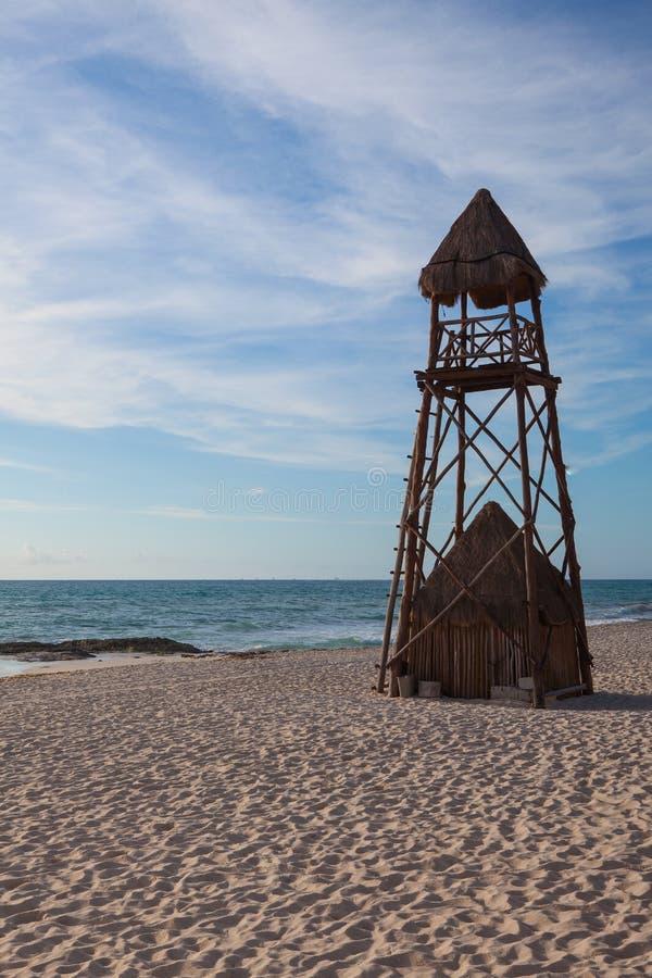De badmeestertoren op het strand Playa Paraiso bij Caraïbische Zee royalty-vrije stock foto's