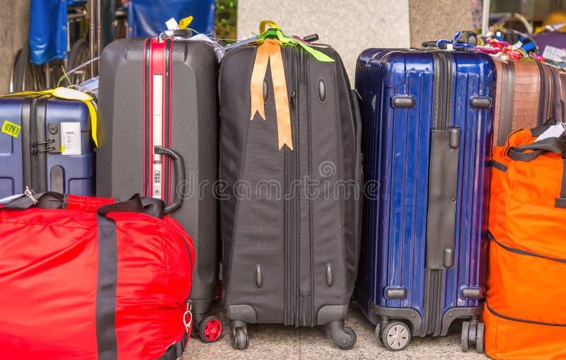 De bagage uit grote koffersrugzakken bestaan en de reis die doen in zakken royalty-vrije stock afbeelding