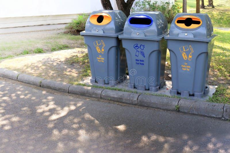 De bak, Trashcan, het Plastic duidelijke afval van de afvalbak loopt zijdelings bij tuin openbare, Plastic bak voor afval kringlo stock foto's