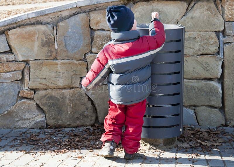 De bak van het kind en van de draagstoel of van het afval stock foto