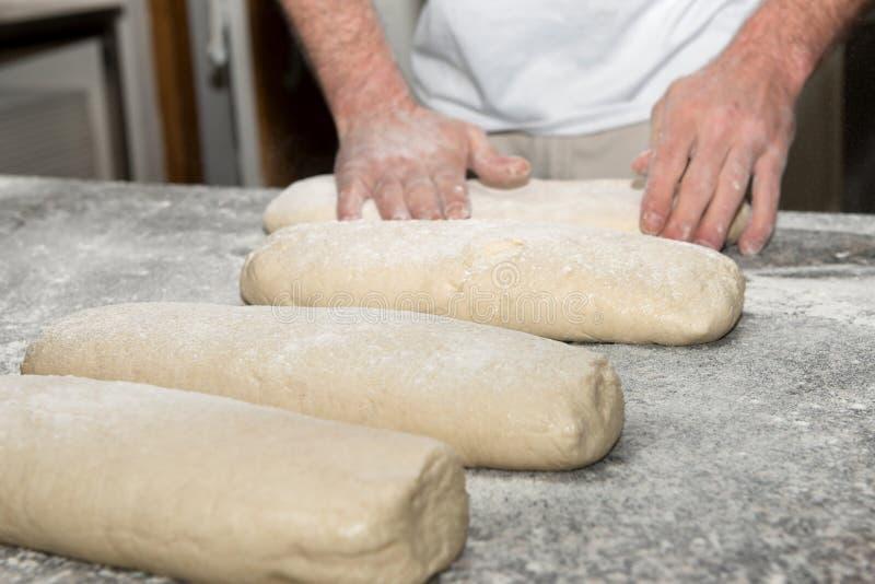 de bakker bereidt brooddeeg voor royalty-vrije stock fotografie