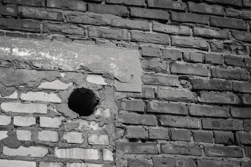 De bakstenen muur en het gat stock afbeeldingen