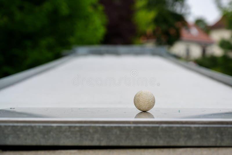 De bal als close-up schoot op een miniatuurgolfcursus, exemplaar ruimte, geselecteerde nadruk royalty-vrije stock afbeelding