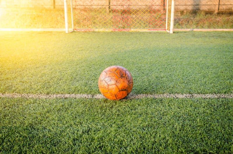 De bal en het doel in futsal gebieds kunstmatig gras stock fotografie