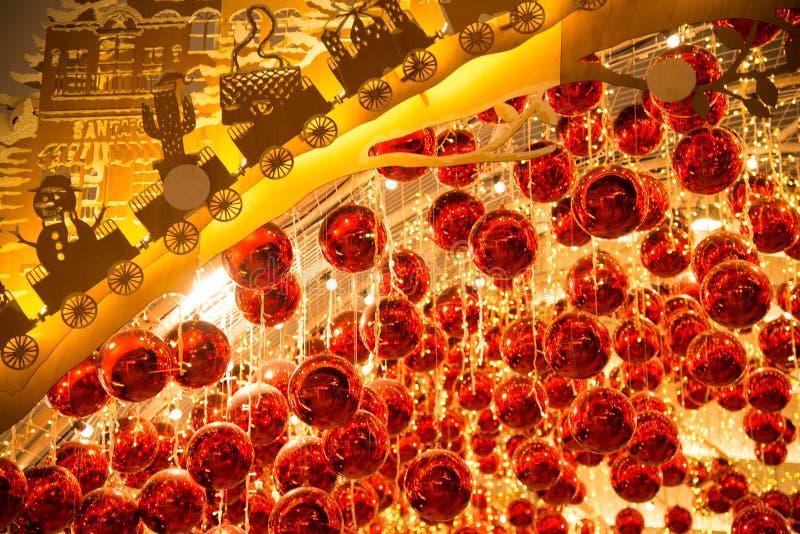 De bal en het licht verfraaien mooi op Kerstboomviering royalty-vrije stock foto