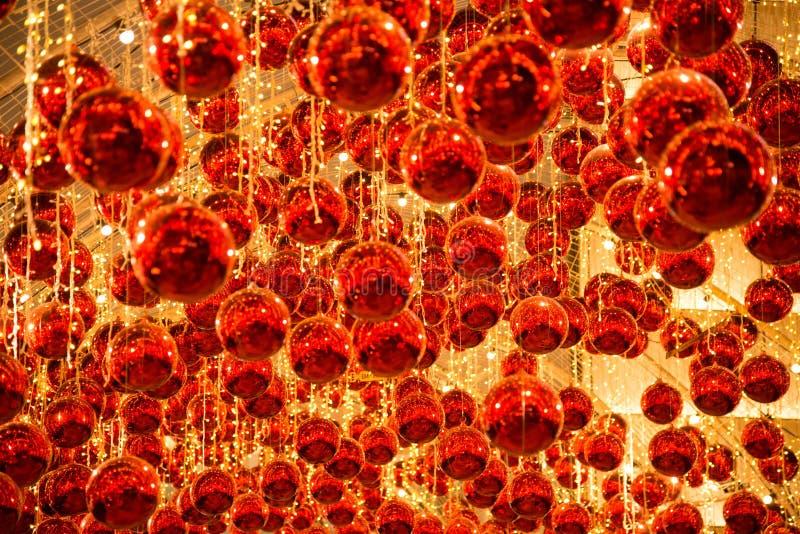 De bal en het licht verfraaien mooi op Kerstboomviering royalty-vrije stock afbeeldingen