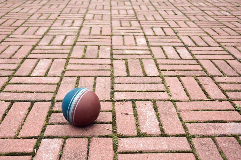 De bal op een bestrating betegelt royalty-vrije stock afbeeldingen