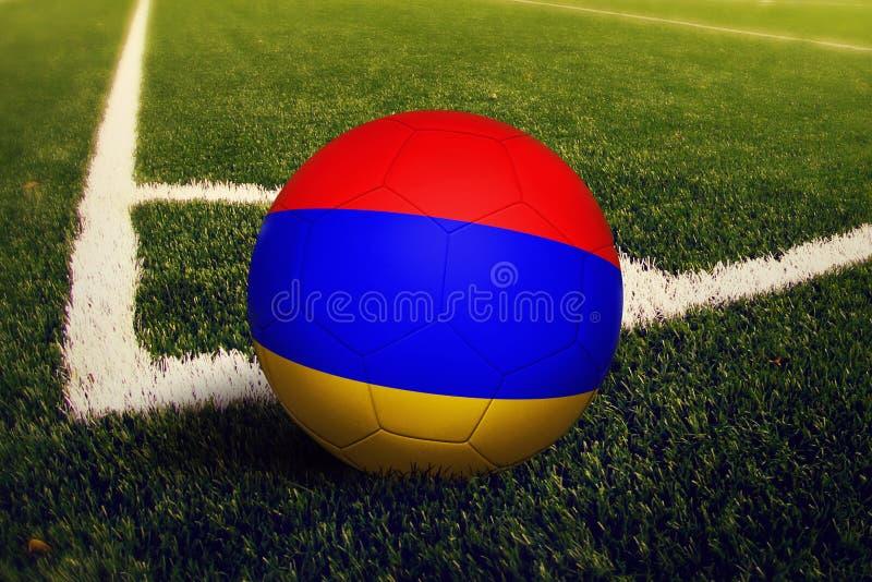 De bal van Armeni? op de positie van de hoekschop, de achtergrond van het voetbalgebied Nationaal voetbalthema op groen gras royalty-vrije stock foto