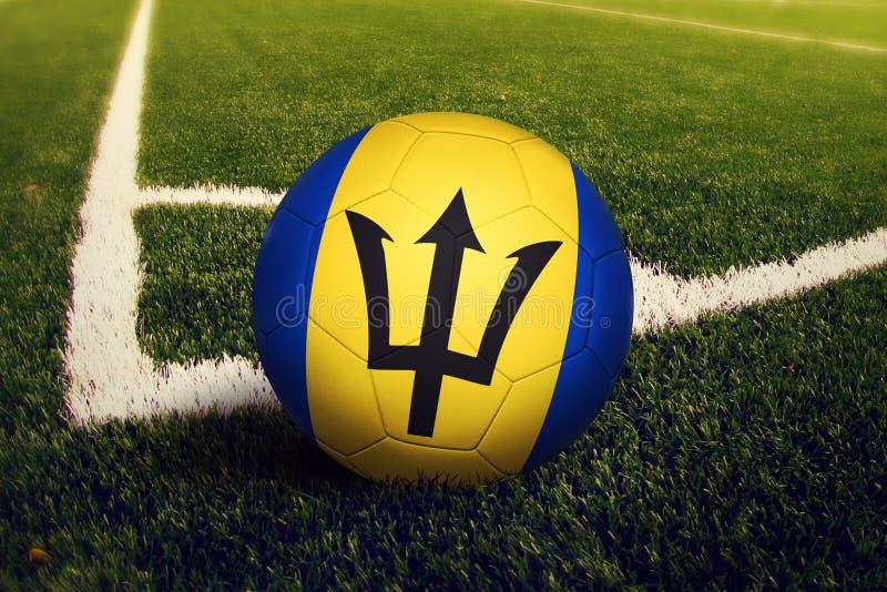 De bal van Barbados op de positie van de hoekschop, de achtergrond van het voetbalgebied Nationaal voetbalthema op groen gras royalty-vrije stock fotografie