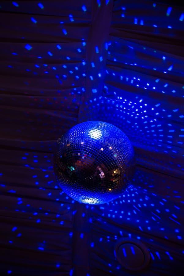 De bal van de discospiegel in blauw licht, partij stock foto
