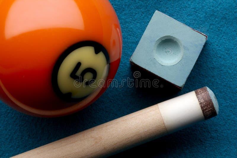 De bal van de pool, richtsnoerstok en krijt royalty-vrije stock afbeelding