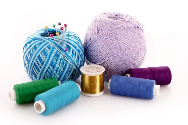De bal van de wol en geïsoleerdek draadspoel stock foto