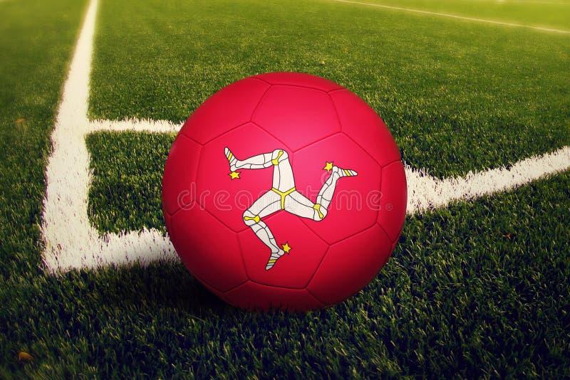 De bal van het Eiland Man op de positie van de hoekschop, de achtergrond van het voetbalgebied Nationaal voetbalthema op groen gr royalty-vrije stock foto's