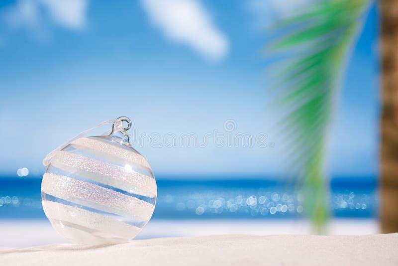 De bal van het Kerstmisglas op strand met zeegezichtachtergrond royalty-vrije stock foto's