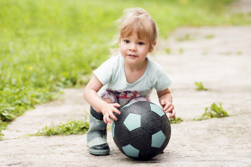 De bal van het meisjevoetbal stock foto