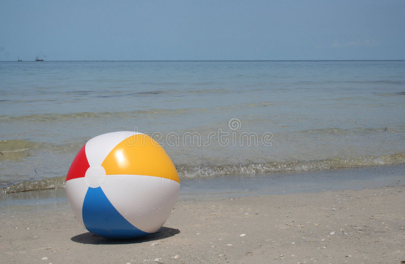 De bal van het strand op de kust royalty-vrije stock foto