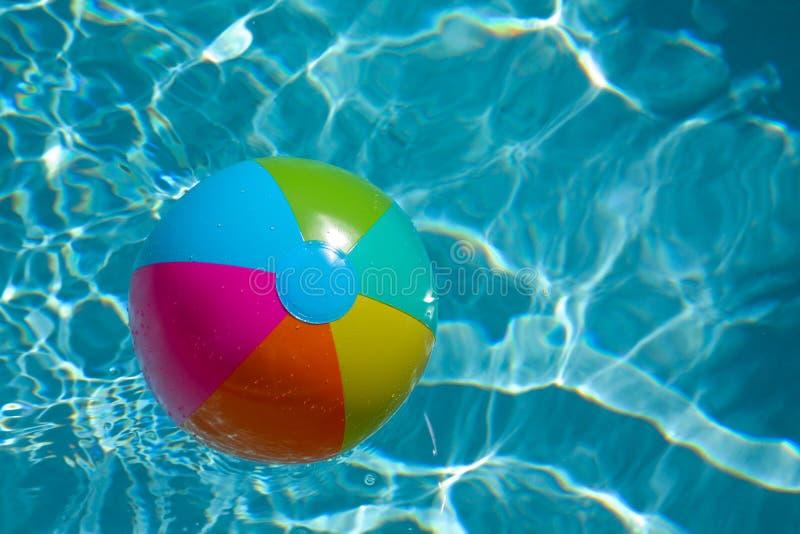 De bal van het strand in pool stock afbeeldingen