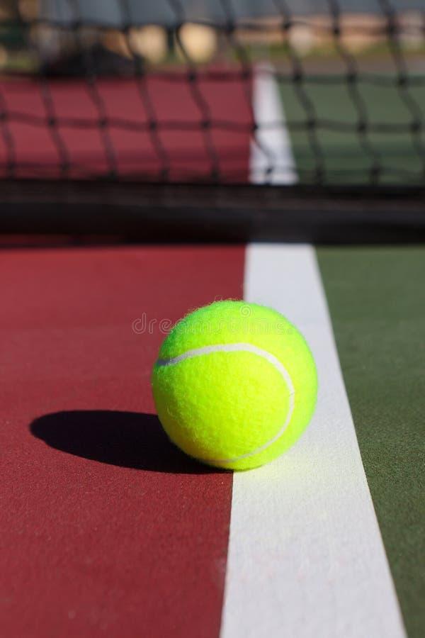 De Bal van het tennis en Netto royalty-vrije stock afbeeldingen