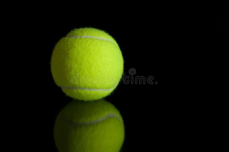 De bal van het tennis met bezinning stock afbeeldingen