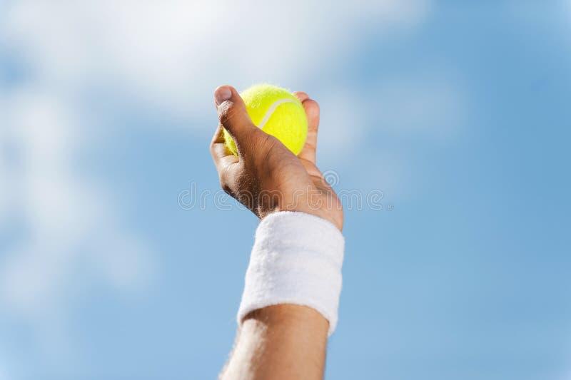 De bal van het tennis in zijn hand stock afbeeldingen