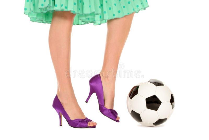 De Bal van het voetbal en Benen Womenâs royalty-vrije stock foto