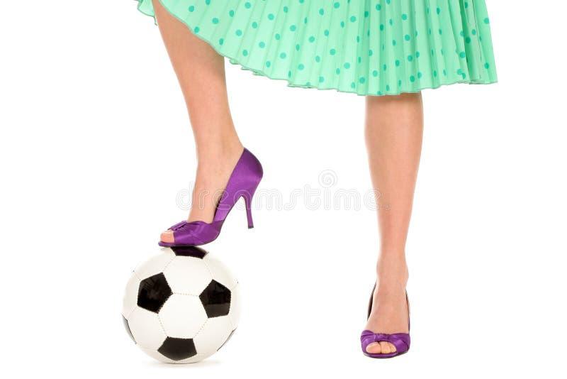 De Bal van het voetbal en Benen Womenâs stock afbeelding