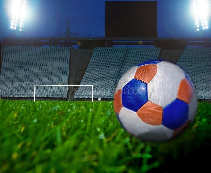 De Bal van het voetbal en de Nacht van het Gebied royalty-vrije stock foto