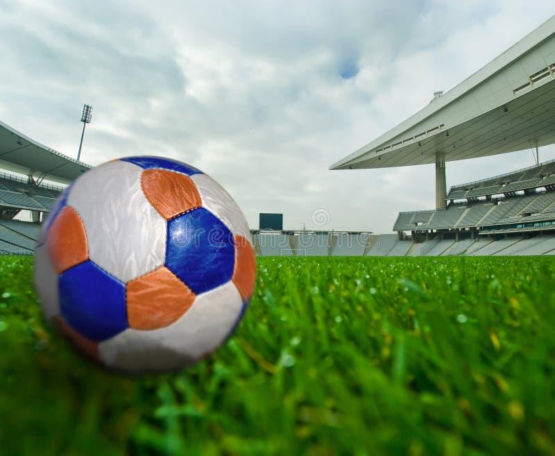 De Bal van het voetbal en het Gebied royalty-vrije stock afbeelding