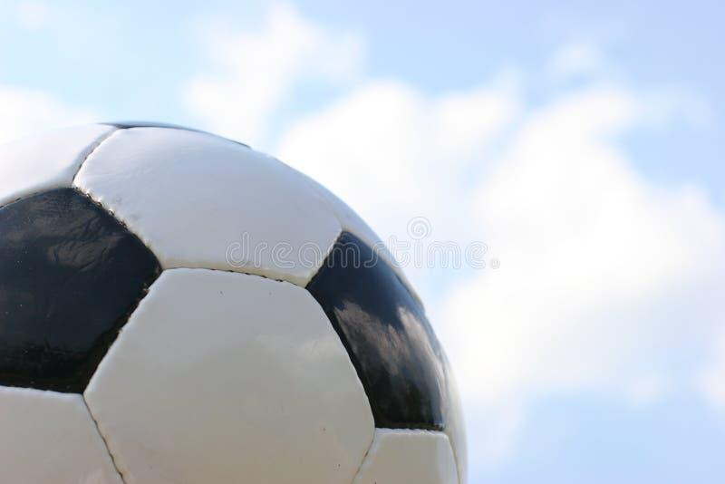 De bal van het voetbal in hemel. stock afbeelding