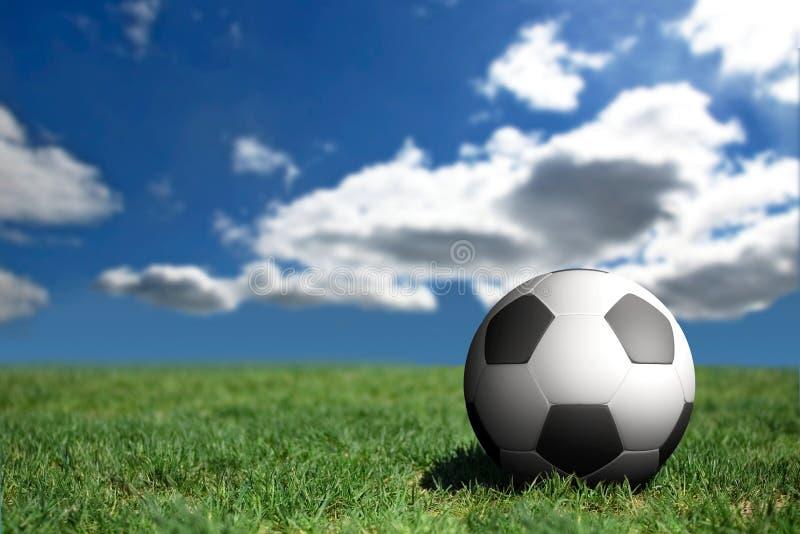 De bal van het voetbal op een voetbalgebied royalty-vrije stock fotografie