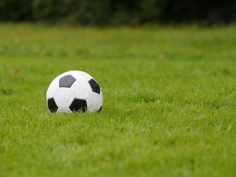 De Bal van het voetbal op Groen Gebied stock foto