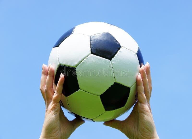 De Bal van het Voetbal van de Holding van de vrouw stock afbeeldingen