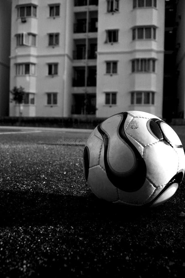 De bal van het voetbal in zwart-wit stock fotografie