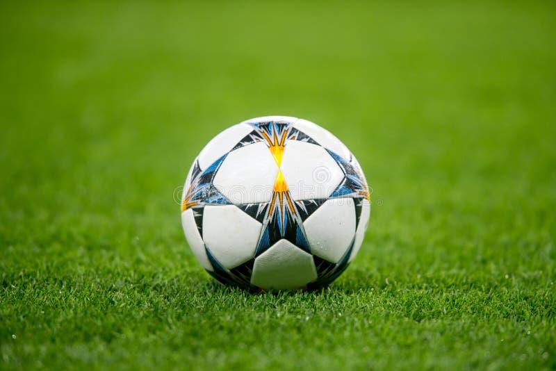 De Bal van het voetbalvoetbal op gras royalty-vrije stock afbeelding