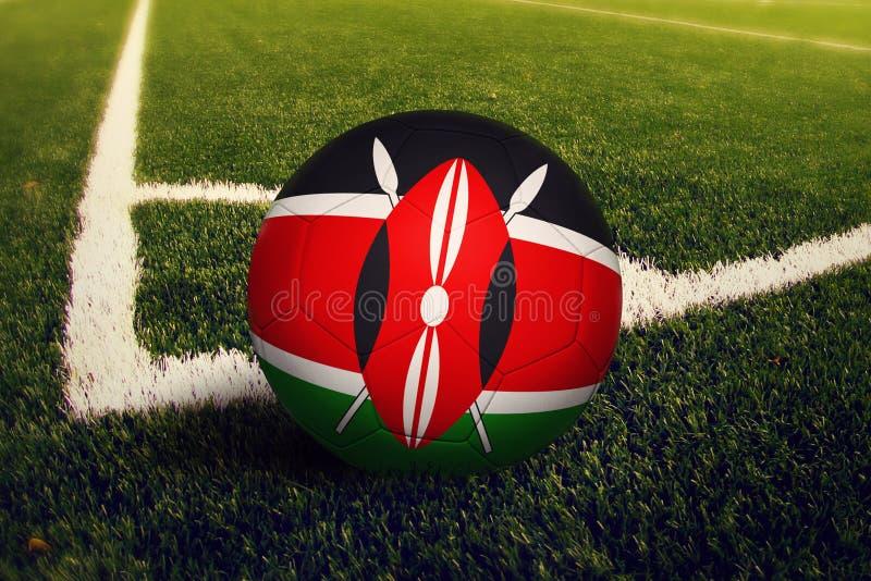 De bal van Kenia op de positie van de hoekschop, de achtergrond van het voetbalgebied Nationaal voetbalthema op groen gras royalty-vrije stock fotografie