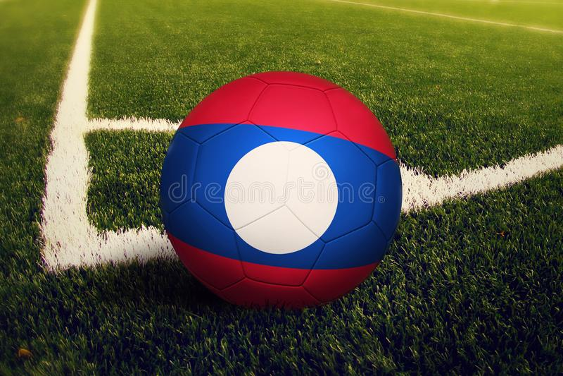 De bal van Laos op de positie van de hoekschop, de achtergrond van het voetbalgebied Nationaal voetbalthema op groen gras royalty-vrije stock afbeeldingen