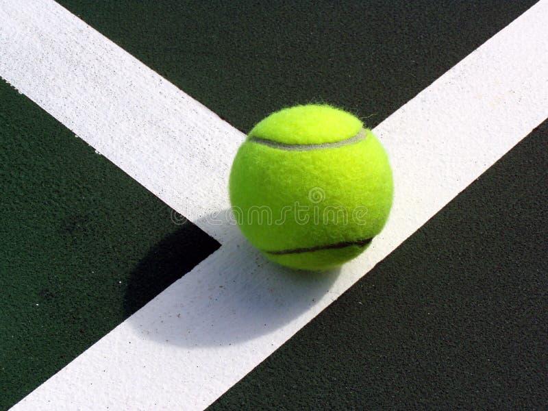 De Bal van Tennist op de Lijn royalty-vrije stock afbeelding