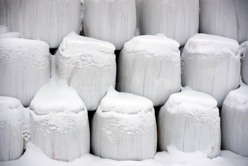 De balen van het hooi in de winter stock afbeelding