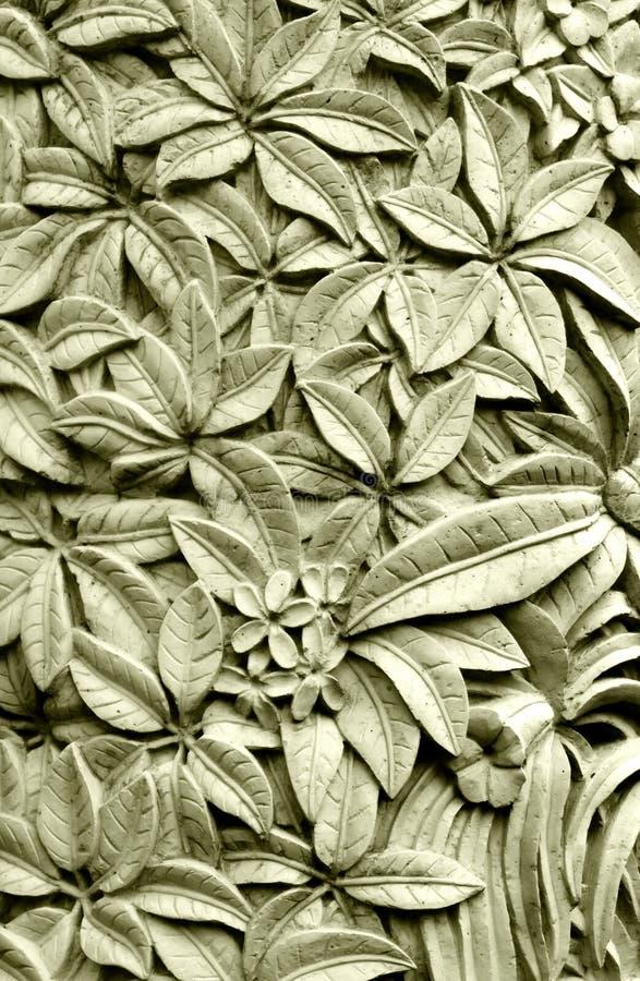 De Balinese gravure van de stijlsteen, Plumeria-bloemen stock foto
