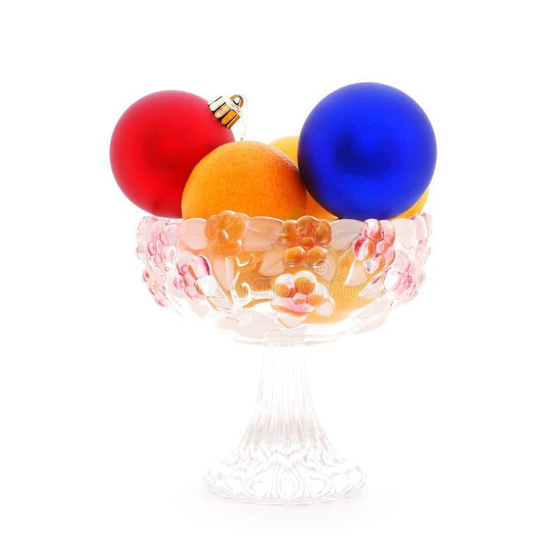 De ballen en mandarins van Kerstmis in de glasvaas royalty-vrije stock foto