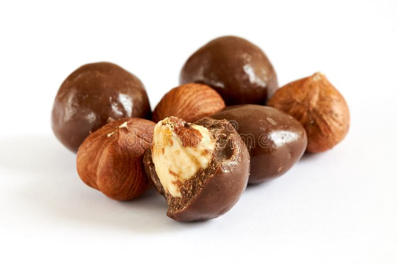 De ballen van de chocolade die met hazelnoten worden gevuld stock foto's