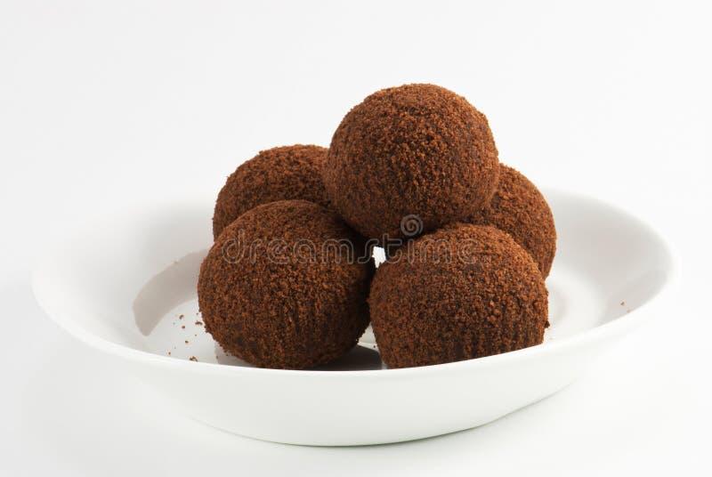 De ballen van de chocolade in cacao stock foto