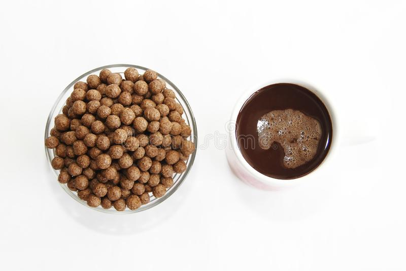 De ballen van het chocoladegraan in een van de glasplaat en cacao mok voor ontbijt royalty-vrije stock afbeelding
