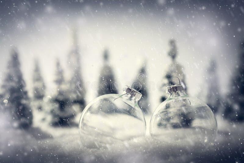 De ballen van het Kerstmisglas in de winter miniatuur boslandschap met sneeuw stock afbeelding