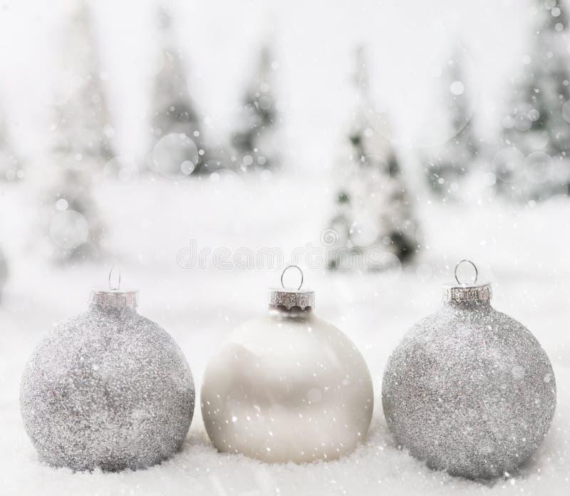 De ballen van het Kerstmisglas in de winter miniatuur boslandschap met sneeuw stock foto