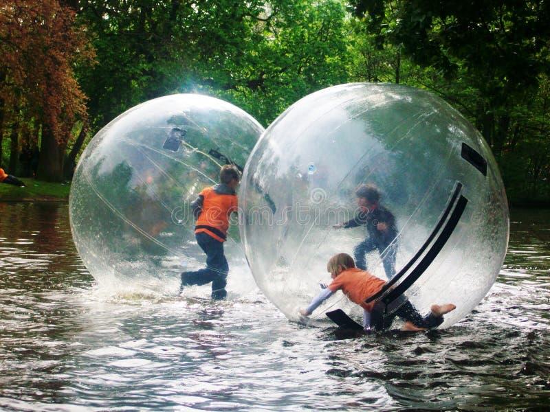 De Ballen van het rolwater, pret voor kinderen tijdens de Konings` s Dag, vroeger Koningin` s Dag, Amsterdam, Holland, Nederland royalty-vrije stock afbeeldingen