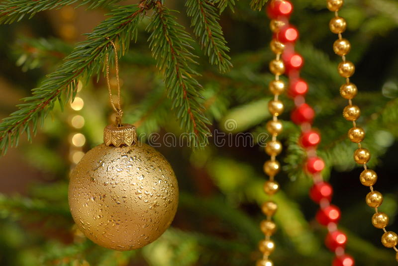 De ballen van Kerstmis op Kerstmisboom stock foto's